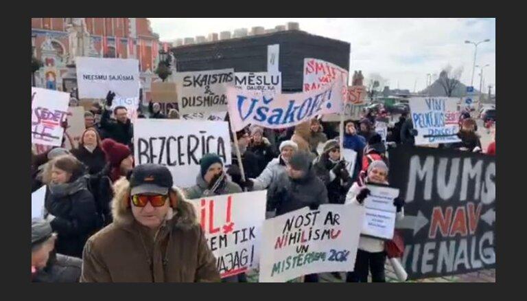 Несколько сотен человек собрались на пикет против ям на столичных улицах и за роспуск думы (ВИДЕО)