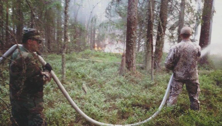 Video: Zemessargi cīnās ar liesmām kūdras purvā