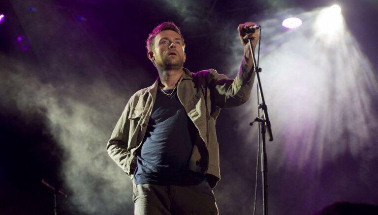 ВИДЕО: Вокалиста Blur унесли со сцены после отказа закончить концерт