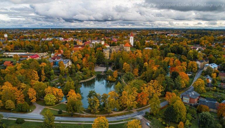 ФОТО. Разноцветная Латвия: великолепные виды осеннего Цесиса и Сигулды