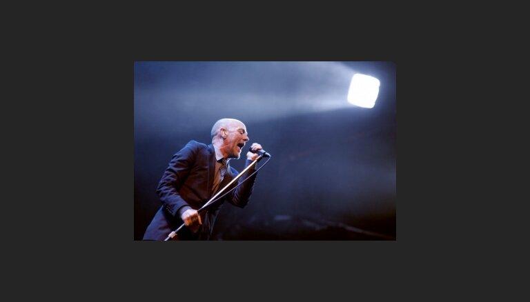 """""""R.E.M."""" ģitāristam Helsinkos nozog ģitāru"""