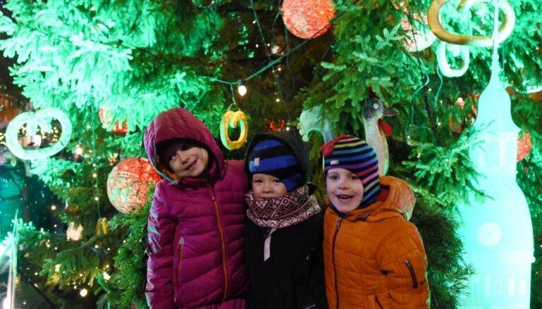 Foto: Mirdzošas eglītes un gardumu tirdziņš – Ziemassvētku noskaņa ienāk Vecrīgā