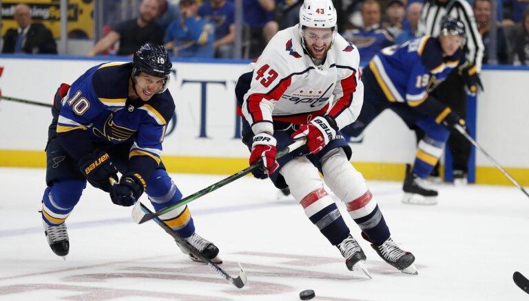 'Blues' hokejisti čempiontitula aizstāvēšanu sāk ar zaudējumu pagarinājumā
