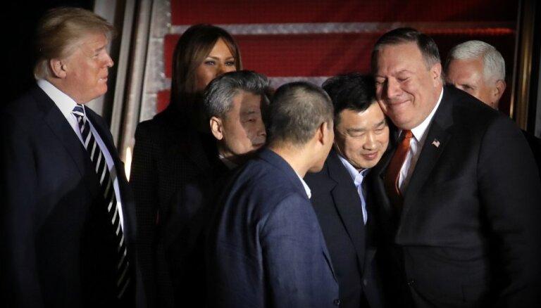 Foto: Trampi mājās sagaida Ziemeļkorejas atbrīvotos pilsoņus; Donalds pateicas Kimam
