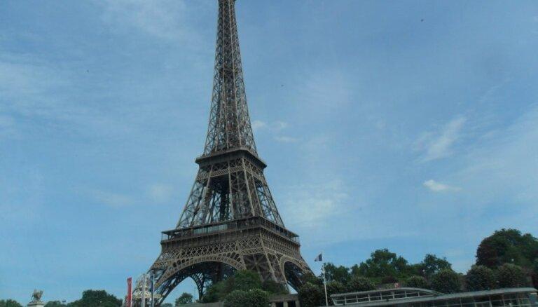 Parīzē kāpēja dēļ slēgts Eifeļa tornis