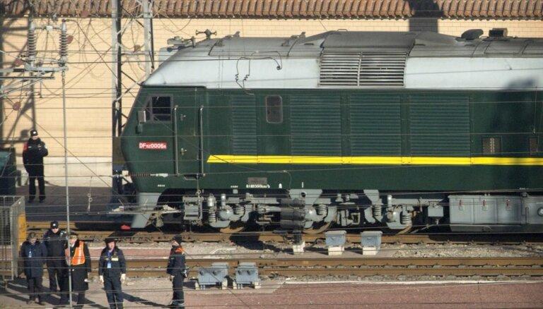 Kims Čenuns ar zaļo vilcienu apmeklē Ķīnu pirms gaidāmā samita ar Trampu