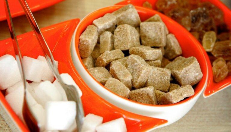 Vai baltais cukurs ir neveselīgāks par brūno? Uztura speciālista skaidrojums