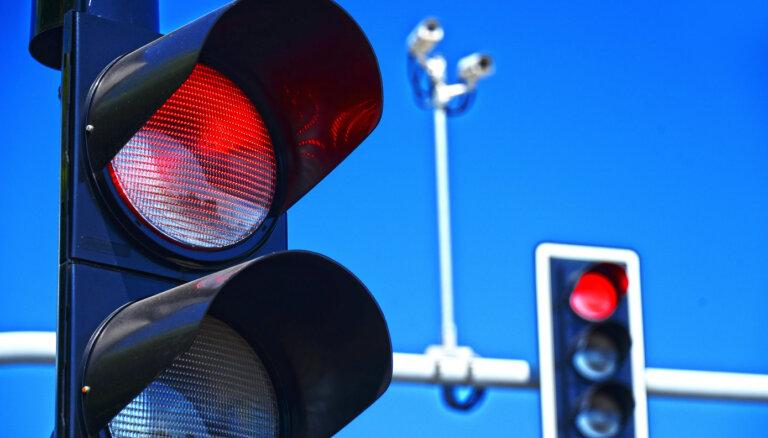Vairākās vietās Rīgā autobraucējus plāno uzmanīt ar luksofora signāla kontroles iekārtām