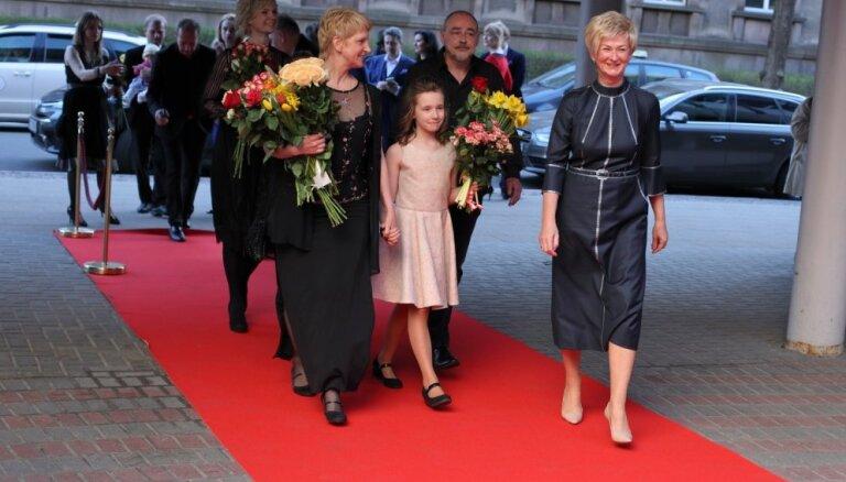 Foto: Sarkanais paklājs, drūzma un ziedi – uz lielā ekrāna nonāk filma 'Bille'