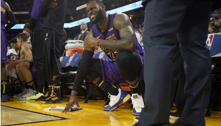 Lebronam Džeimsam NBA Ziemassvētku spēle beidzas ar traumu