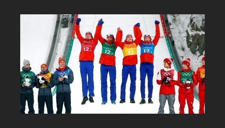 Norvēģijas tramplīnlēcēji triumfē komandu sacensībās