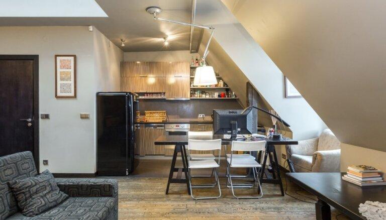Vecrīgas korēs: omulīgs divstāvu dzīvoklis ar skatu uz iespaidīgu arhitektūru