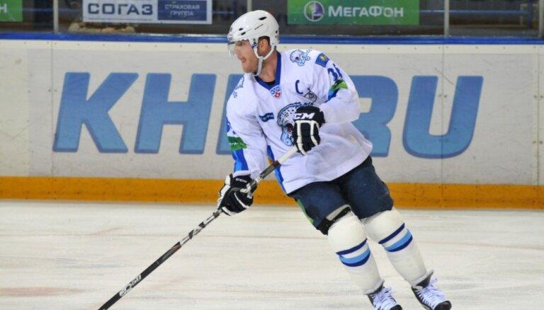 KHL rezultatīvākais aizsargs noslēdz hokejista karjeru