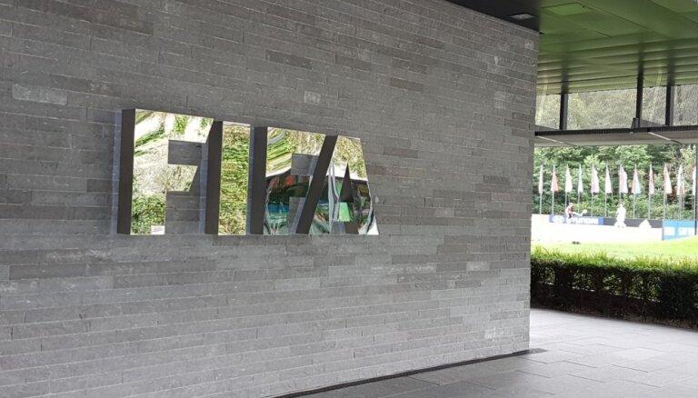 Aizdomās par korupciju aizturēts FIFA Ētikas komitejas vadošais tiesnesis