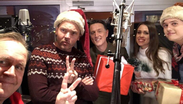 Populāri mūziķi apvienojas Ziemassvētku dziesmā
