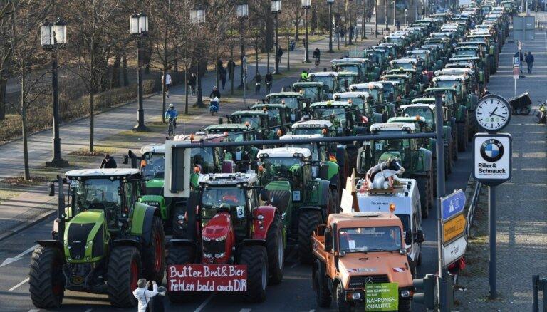 Vācijas lauksaimnieki ar simtiem traktoru protestē pret arvien stingrāku regulējumu