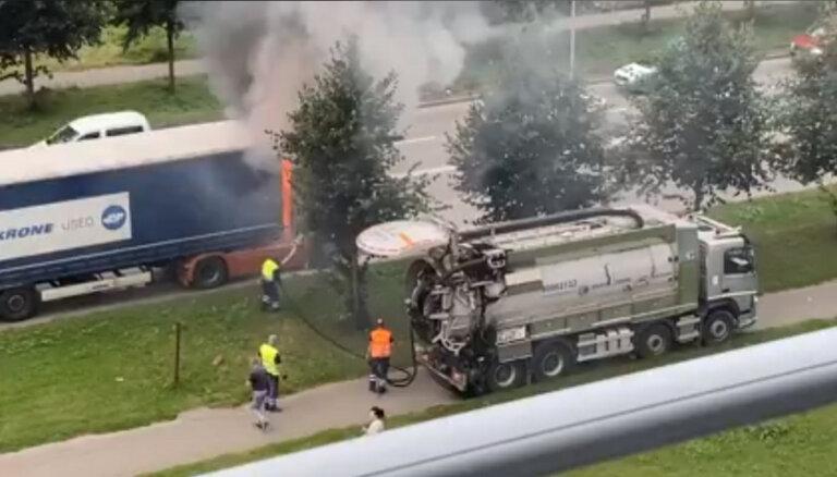 ВИДЕО: загоревшуюся фуру потушила машина Rīgas ūdens
