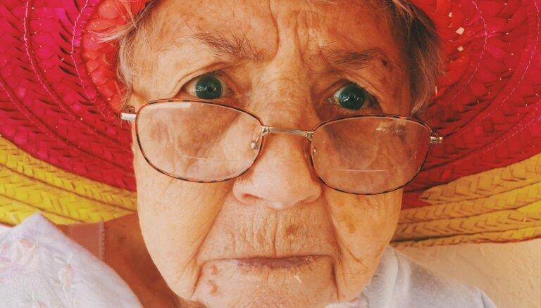 Vecmāmiņa ar 'uzmācīgiem pīrādziņiem' vai pūces kostīmā divos naktī. Komiski omītes tipāži