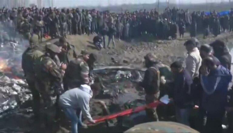 Pakistāna notriekusi divas Indijas kara lidmašīnas; sagūstīts indiešu lidotājs