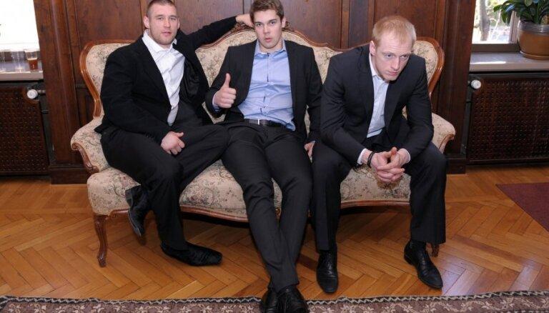 Fotoreportāža: Latvijas hokejisti pozitīvo lādiņu cer iegūt pēc viesošanās vēstniecībā