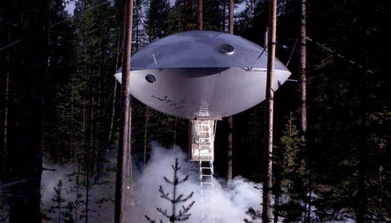 Lidojošajā šķīvītī un koku galotnēs: Zviedrijā iespējams pārlaist nakti interesantā mājiņā
