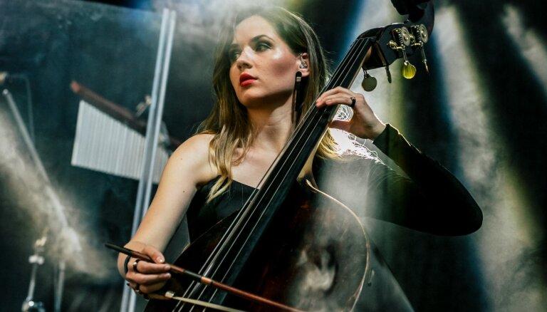 Izrādās, ka māki arī spēlēt! 'Dagamba' kontrabasiste Alise Broka