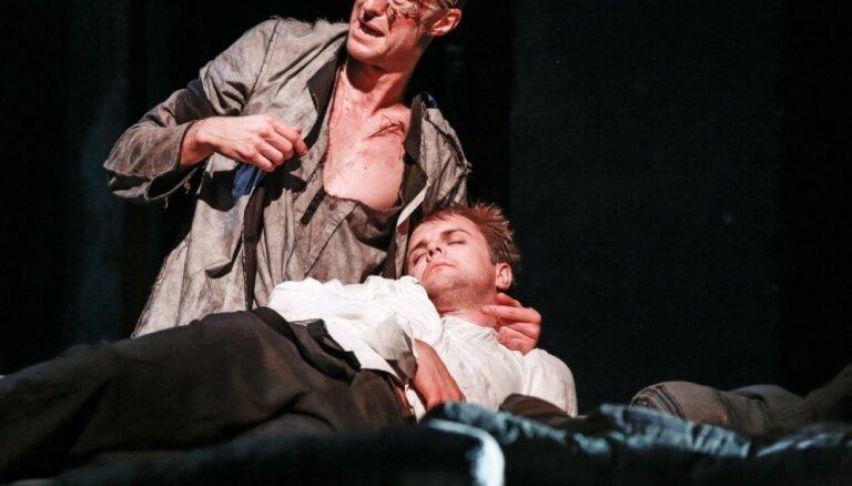 Foto: Dailes teātrī top drāma 'Frankenšteins'