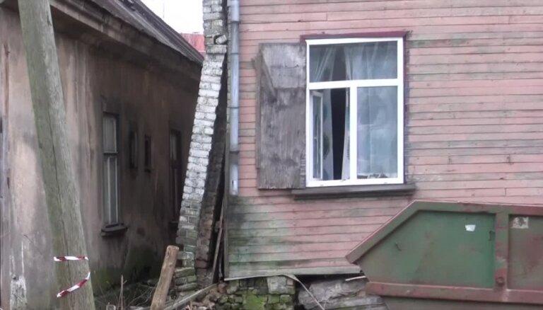 Video: Pussabrukušais Buru ielas nams Rīgā