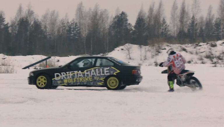 'Ātruma cilts' eksperiments: auto un mocis sinhronā driftā uz ledus