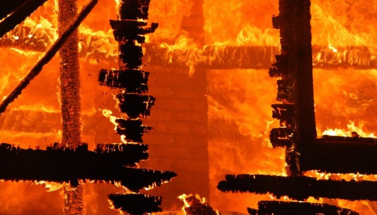 Пожар под Айзпуте: в горящем доме погиб мужчина