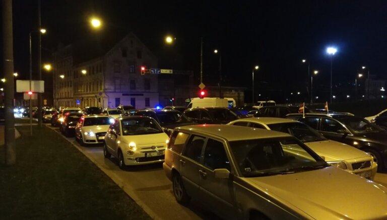 Simtgades sastrēgums – pat pāris stundas pēc salūta Rīgā svinētāji netiek mājās