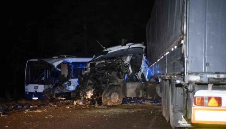 Smagā avārija Kleistu ielā: divi cietušie no slimnīcas devušies mājās, trešais - operēts