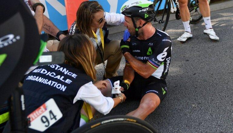 Drāma 'Tour de France': Kavendišam lauzts plecs, Sagans taisnojas, komanda apstrīd sodu