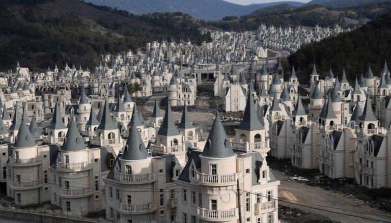 Spoku pilsēta ar pamestām pilīm – Disneja ciematiņa krahs Turcijā