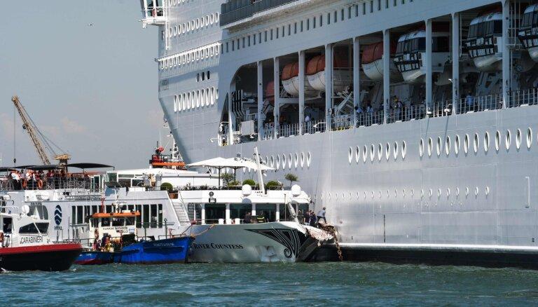 Video: Venēcijā kruīza kuģis ietriecas tūristu kuģītī, ievainojot piecus cilvēkus