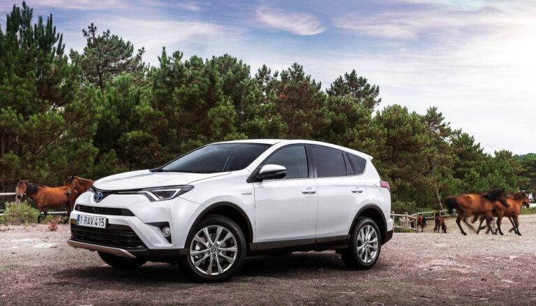 'Toyota RAV4' hibrīdu realizācijas rādītāji apsteidz parasto benzīna dzinēju pārdošanu