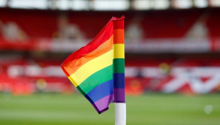 На чемпионате мира по футболу в России болельщикам-геям разрешат целоваться