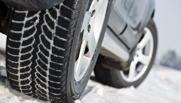 CSDD предупреждает: с воскресенья зимние шины обязательны