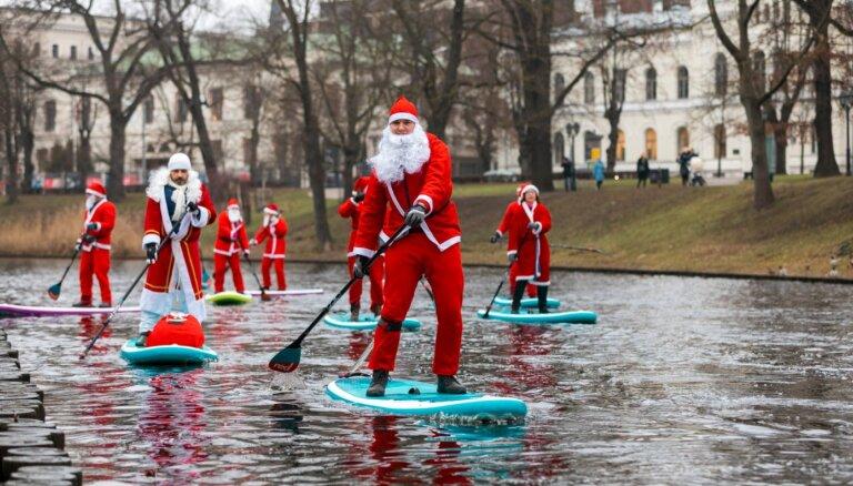 ФОТО. По Рижскому каналу проплыла флотилия Санта-Клаусов