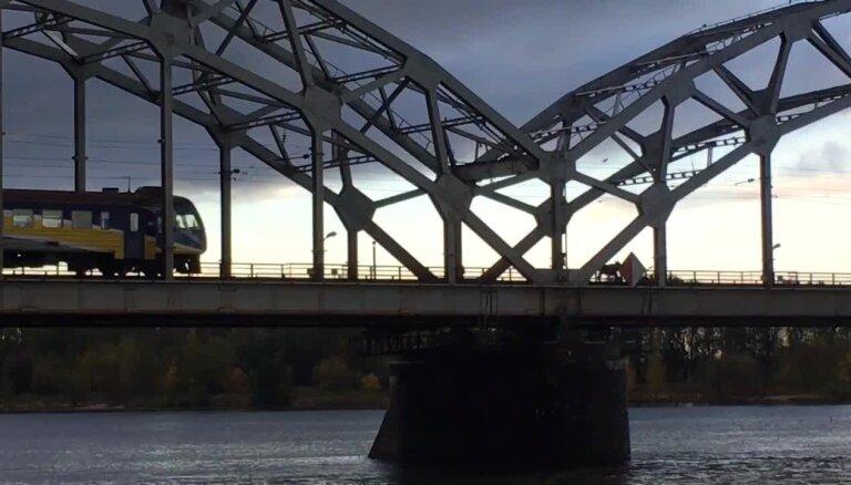 Video: Alnis aizkavē vilciena satiksmi Rīgā