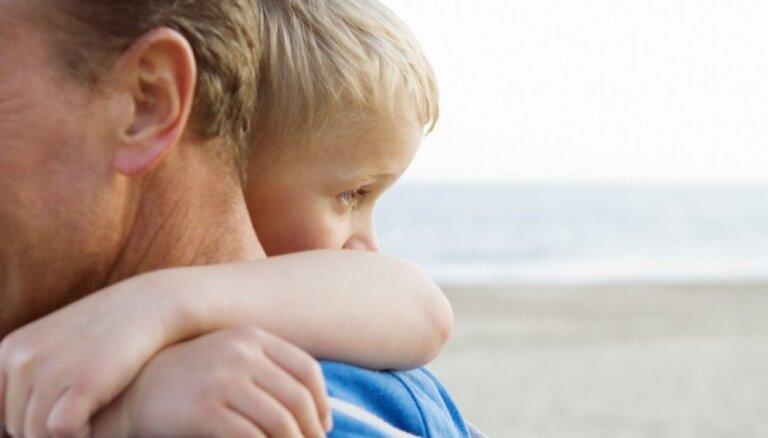 Uzturnauda kā 'bērna noma': pētījumā atklāj nesmukumus šķiršanās lietās