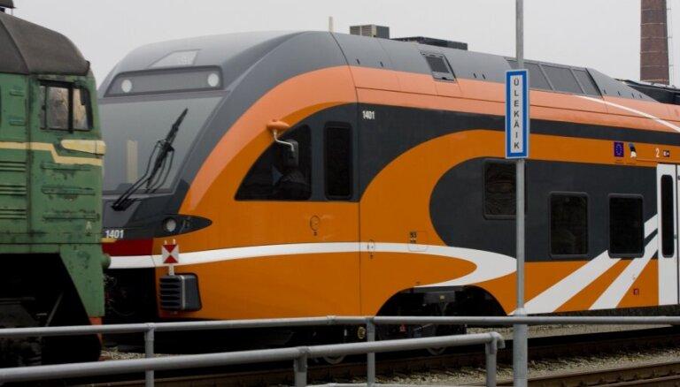 Fotoreportāža: igauņi saņem pirmo jaunās paaudzes vilcienu