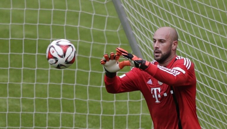 Spānijas izlases vārtsargs Reina oficiāli pievienojies Minhenes 'Bayern' komandai
