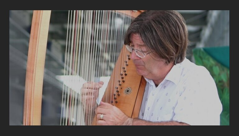 Senās mūzikas festivālā baroka arfas virtuozs Endrū Lourenss-Kings kopā ar 'Sinfonietta Rīga'