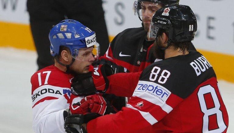 Kanādas hokejisti apbēdina PČ mājinieci Čehiju un iekļūst finālā