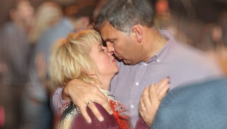 Romantiski foto: Rajecka ar vīru ballējas uz prāmja