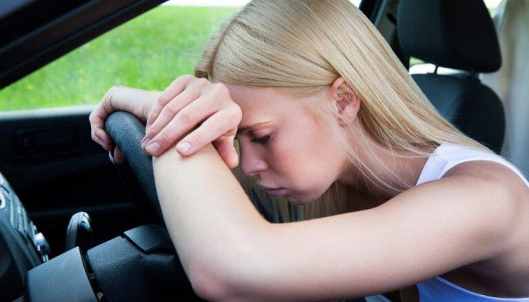 Deviņi dīvaini, bet zinātniski pierādīti iemesli, kādēļ pēkšņi sākas migrēna