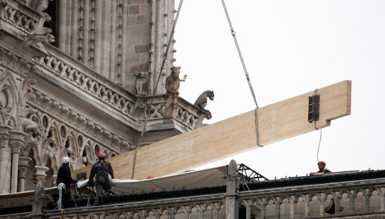 Foto: Smagi cietušo Parīzes Dievmātes katedrāli nostiprina pret lietu