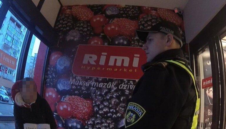 Par uzmācīgu ubagošanu policija Pļavniekos soda Rumānijas pilsoni