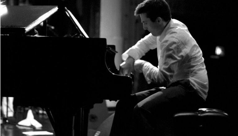 Ventspilī koncertēs Aleksandra Hokinsa trio